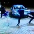 YouTube, rissa dal benzinaio: calci a ragazzo a terra