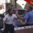 VIDEO Resiste alla rimozione dell'auto: carabiniere la prende a schiaffi01