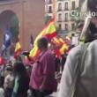 Bacio gay al corteo neonazista a Madrid