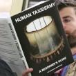 Copertine libri imbarazzanti, lo scherzo in metro