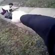 Donna corre con mannaia, poliziotto la uccide5
