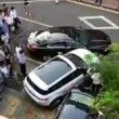 Jaguar blocca parcheggio: suv la sposta colpendola5