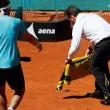 ipistrello atterra in campo, tennista lo soccorre