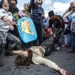 Roma: polizia carica con idranti manifestanti per casa14