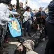 Roma: polizia carica con idranti manifestanti per casa2