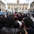 Roma: polizia carica con idranti manifestanti per casa3