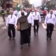 YOUTUBE Svezia, donna sfida con pugno chiuso corteo neonazi 2