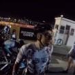 Si addormenta con la moto al via, ciclisti a terra4