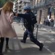 Poliziotto afferra per la gola donna a Tolosa3