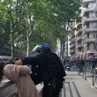 Poliziotto afferra per la gola donna a Tolosa8