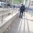 Poliziotto afferra per la gola donna a Tolosa6