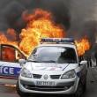Parigi, auto polizia data alle fiamme agenti fuggono