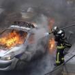 Parigi, auto polizia data alle fiamme agenti fuggono2