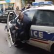 Parigi, auto polizia data alle fiamme agenti fuggono6