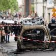 Parigi, auto polizia data alle fiamme agenti fuggono11