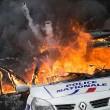 Parigi, auto polizia data alle fiamme agenti fuggono12