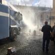 Roma: polizia carica con idranti manifestanti per la casa3
