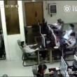 VIDEO Ragazzo folgorato in internet point: scarica da cuffie