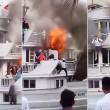 Traghetto in fiamme, passeggeri si buttano in mare 5