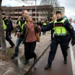 YOUTUBE Svezia, donna sfida con pugno chiuso corteo neonazi 5