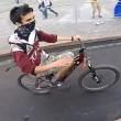 Donna attraversa distratta, ciclista la prende in pieno2