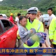 Famiglia quasi travolta da acqua salvata da un'auto