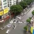Cina: automobilisti intrappolati trascinati dall'acqua 2