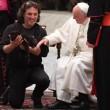 Papa Francesco accarezza una tigre dei circensi 4
