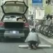 Parcheggia auto su tappetino trasparente con dipinte le strisce bianche 3