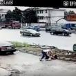 YOUTUBE Cina, uccide a coltellate la moglie in strada, in pieno giorno 5