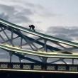 Si arrampica sul Tower Bridge e si mette a fumare5