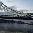 Si arrampica sul Tower Bridge e si mette a fumare4