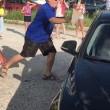 Spaccano vetro auto per liberare cane disidratato