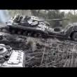 Tank su camion pilota combina un disastro, carro armato si ribalta