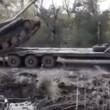 Tank su camion pilota combina un disastro, carro armato si ribalta3