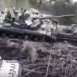 Tank su camion pilota combina un disastro, carro armato si ribalta4