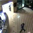 VIDEO YOUTUBE Minaccia agente con coltelli: stesa con taser