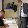 Piero Fassino e lo scrutatore palestrato: ironia corre sul web FOTO03