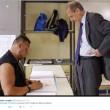 Piero Fassino e lo scrutatore palestrato: ironia corre sul web FOTO2