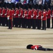 Londra, Guardia sviene per il caldo durante parata per la regina 3