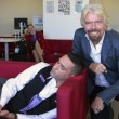 Virgin, Richard Branson fa selfie col dipendente che...dorme 3