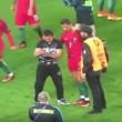 Tifoso corre in campo per selfie, Cristiano Ronaldo lo difende da steward