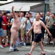 Francia 2016, hooligan inglese si spoglia dopo gli scontri FOTO