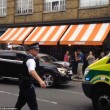 Auto polizia travolge tavolini pizzeria a Londra3