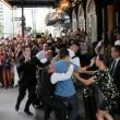 Benzema, fan aggira security per selfie agenti lo atterrano4