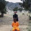 Bimbi afghani puntano pistola a prigionieri Isis11