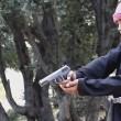 Bimbi afghani puntano pistola a prigionieri Isis9