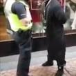 Birmingham, predicatore islamico urla al poliziotto2