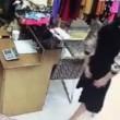 Commessa e proprietario, atti osceni nel negozio4