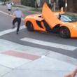 Con skateboard rompe vetro a McLaren e scappa via5